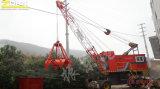 Guindaste móvel portuário com garra para a manipulação da barca