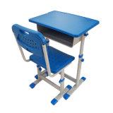 주문을 받아서 만들어진 단단하고 튼튼한 고도 조정가능한 대 책상 테이블과 의자 세트를 앉는다