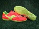 De lichtrode OpenluchtVoetbalschoenen van Kleuren