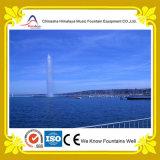 Alta fontana di acqua dello spruzzo del grande mare