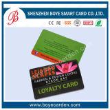 O cartão da lealdade da sociedade com grava e a impressão 4c