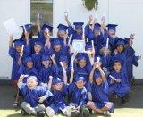 La belle graduation de jardin d'enfants de couleur habille le rouge foncé brillant pour l'enfant