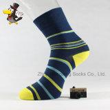 La coutume populaire barre des chaussettes de coton d'homme