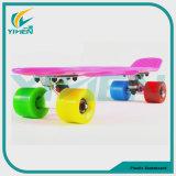 Het gekleurde Skateboard van de Stuiver met het Hulpmiddel van T, met 4 wielen hangt het Skateboard van de Kruiser van de Raad voor Verkoop