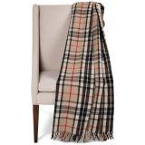 編まれた格子縞のウールの毛布によって縁を付けられる投球