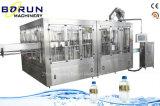 Usine remplissante de l'eau minérale de bouteille d'animal familier