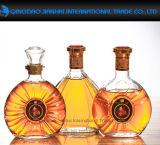 古典的な有名なガラス製品のウィスキー、ウォッカのためのガラスワインの瓶
