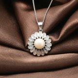 925純銀製のネックレスの絶妙な花模様の自然な淡水の真珠のペンダントのネックレス