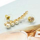 新しい方法宝石類の水晶白い真珠の非対称のスタッドのイヤリング