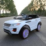 Geländewagen scherzt elektrisches Auto, Fahrt auf Auto