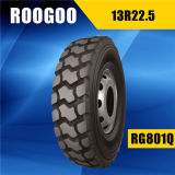 El carro pone un neumático el nuevo neumático que busca el distribuidor (13r22.5)