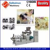 El animal doméstico de la galleta de perro mastica el alimento que hace la máquina