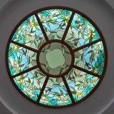 金属フレームベースが付いている手によって切られるゴシック様式アーキテクチャステンドグラスのドーム