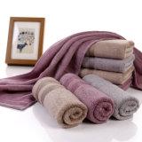 昇進の印刷されたタケファイバーの表面か手または浴室またはビーチタオル
