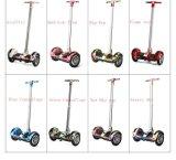 電気スクーターのおもちゃの小型電気スクーターを立てなさい