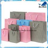 El regalo de papel de lujo empaqueta la bolsa de papel con la maneta de la cuerda