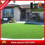 Césped artificial sintetizado de mirada natural de la hierba del verde verde oliva