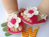 Il bambino delle calzature lavorato a maglia bambino del Crochet della mano calza i primi camminatori di 0-12m