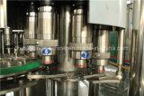 High-technology машинное оборудование разливая по бутылкам воды заполняя покрывая