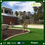 Buena hierba que ajardina artificial de la sensación densamente