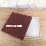 Chocolate rojo atractivo de madera como el rectángulo de regalo de papel del embalaje