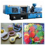 Inyección de los juguetes que hace la máquina de moldear
