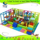 球のプールのスライドが付いている明るいカラー幼児の柔らかい演劇
