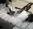 Einzelne Nadel, die Maschine kräuselt