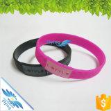 I Wristbands su ordinazione Debossed del silicone di promozione lega i braccialetti di gomma per il commercio all'ingrosso
