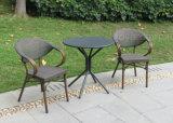 유럽인 다방 집 안뜰 갑판을%s 단순히 옥외 정원 가구 작은 술집 테이블 및 2개 더미 의자