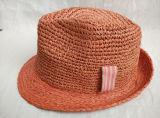 정밀한 코바늘로 뜨는 라피아 야자 밀짚에 의하여 꿰매어지는 끈목 넓은 악대 중절모 밀짚 모자