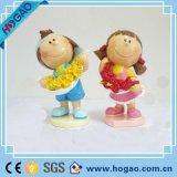Figurine dos pares das decorações da tabela do casamento com o Figurine da resina do coração