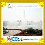 Большой центральный высокий прямой фонтан воды брызга