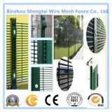 Зеленый PVC покрыл стальную сетку ограждая границу загородки провода гальванизированную садом