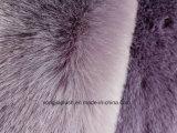 暗い灰色の北極Foxののどの毛皮