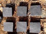 Il Cobblestone nero del basalto di Zp che pavimenta la spaccatura naturale cuba il ciottolo