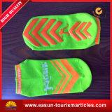 Preiswerte Form-Fluglinie trifft Wegwerfluftfahrt-Socken hart