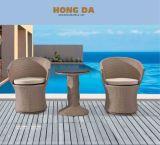 Rattan-Stuhl und Rattan-Tisch-im Freiengarten-Möbel