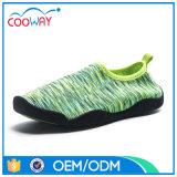 水の靴を泳ぐ海洋の緑の柔らかい浜の運動靴