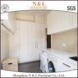 白いキャビネットの防水洗濯室のためのN及びL家デザイン