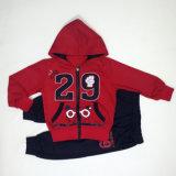 De hete Rode Kinderen die van de Verkoop de Kleren van de Winter van Jonge geitjes kleden