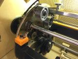 Fio de cobre desencapado do automóvel que torce a maquinaria