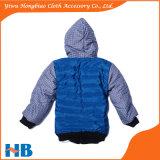 Crianças novas do projeto do inverno que vestem o revestimento ocasional do menino do revestimento dos miúdos