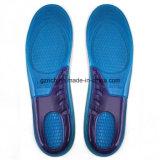 シリコーンのゲルの靴の中敷をマッサージするスポーツ