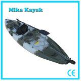 O barco plástico do pedal do caiaque da pesca do oceano senta-se na canoa superior da pá
