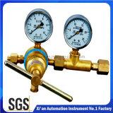 Soldadura, estaca e o outro redutor de pressão usado ofício do cilindro de gás