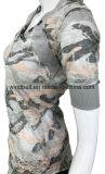 Le T-shirt neuf de camouflage de modèle pour des femmes avec grillent