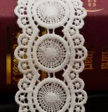 良質のゆがみによって編まれる網のローズの刺繍のレースはPloyesterファブリックを整える