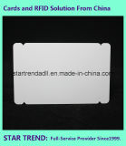 Tarjeta no estándar tres en una tarjeta de sacador con la raya magnética