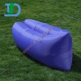 Gonfler le sofa extérieur gonflable d'air de présidences de pliage sur l'eau